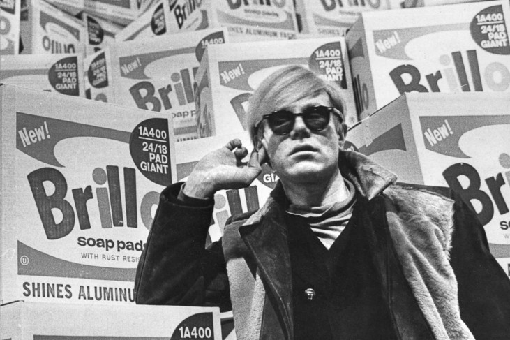 Andy Warhol framför Brillo Boxes